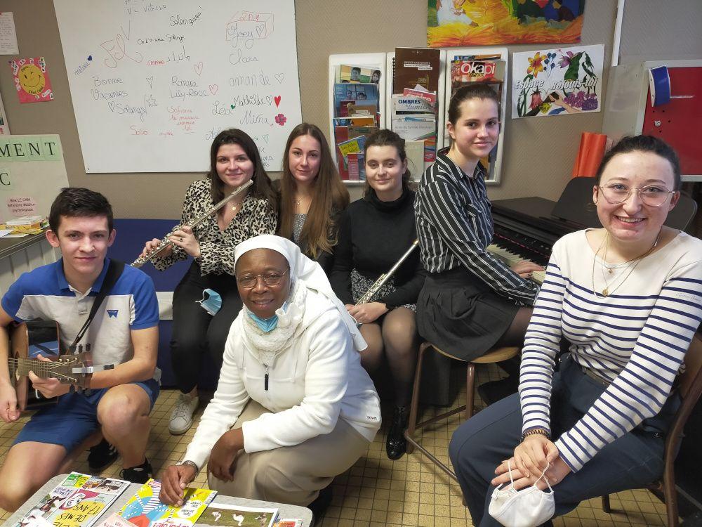 Etudiants en section Réjouis-toi
