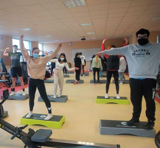 Etudiant faisant de la gym