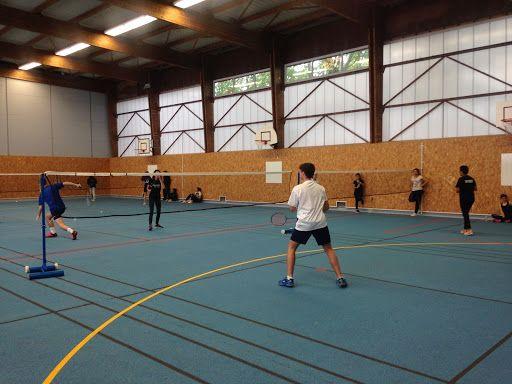 étudiants pratiquant le badminton